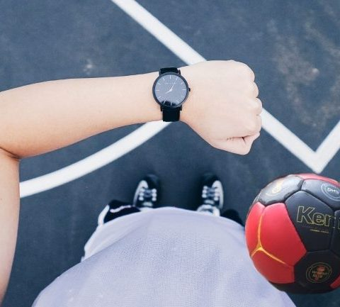 Wie lange dauert ein Handballspiel? Die Dauer vom Handballspiel ist leicht zu erklären: Die Spielzeit hängt von der Altersklasse ab!