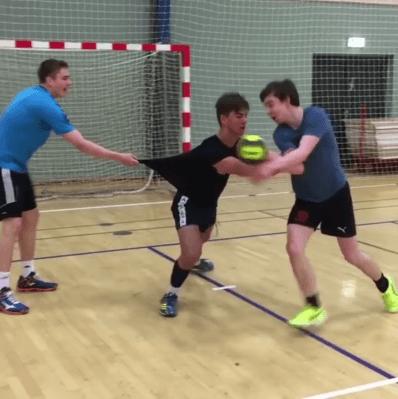 Handballübung für die Abwehr und den Angriff, durchsetzen und 1:1 mit Körperkontakt