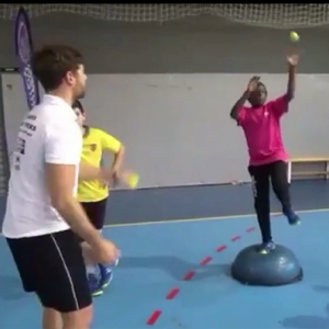 Handball Torwarttraining hürdensitz und Gleichgewicht