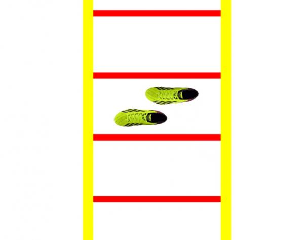Koordinationsübung seitwärts wo die Spieler die Füße über kreuz setzen