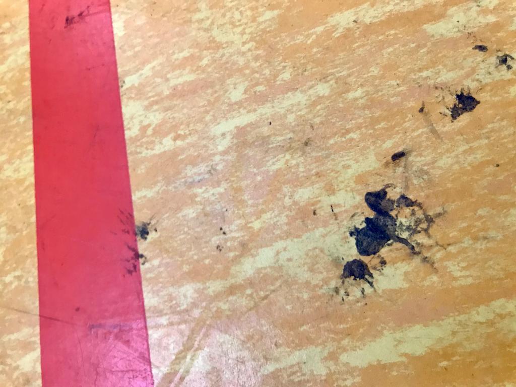 Harzflecken auf Handball Hallenboden die man entfernen muss