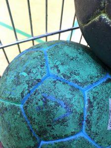 Handball mit Harzflecken